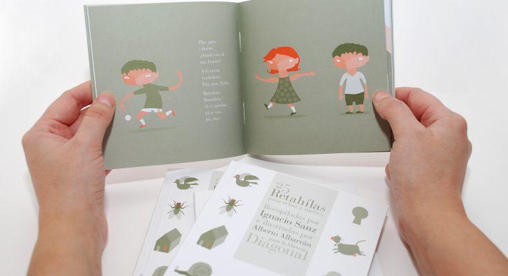 Fotografía del libro entre las manos